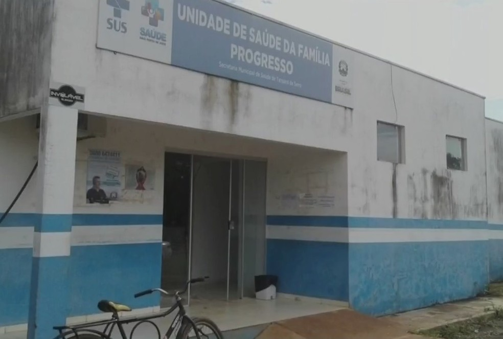 No Distrito de Progresso, mato alto e sujeira chegou a impedir vacinação em unidade de saúde (Foto: TVCA/Reprodução)