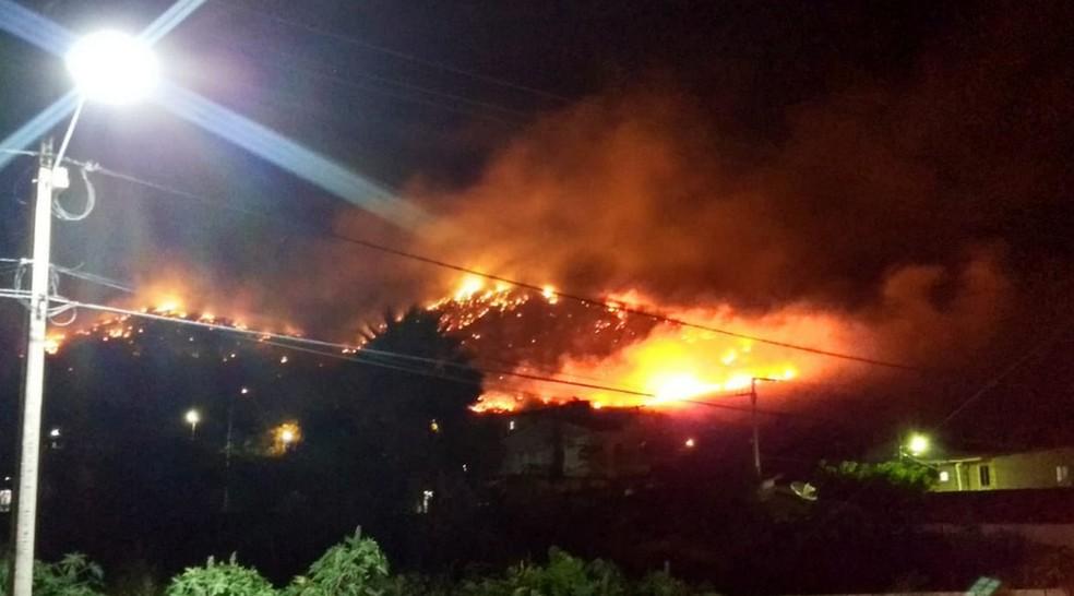 As chamas só foram controladas por volta da meia noite. O Corpo de Bombeiros investiga o caso. (Foto: Reprodução/TV Verdes Mares)
