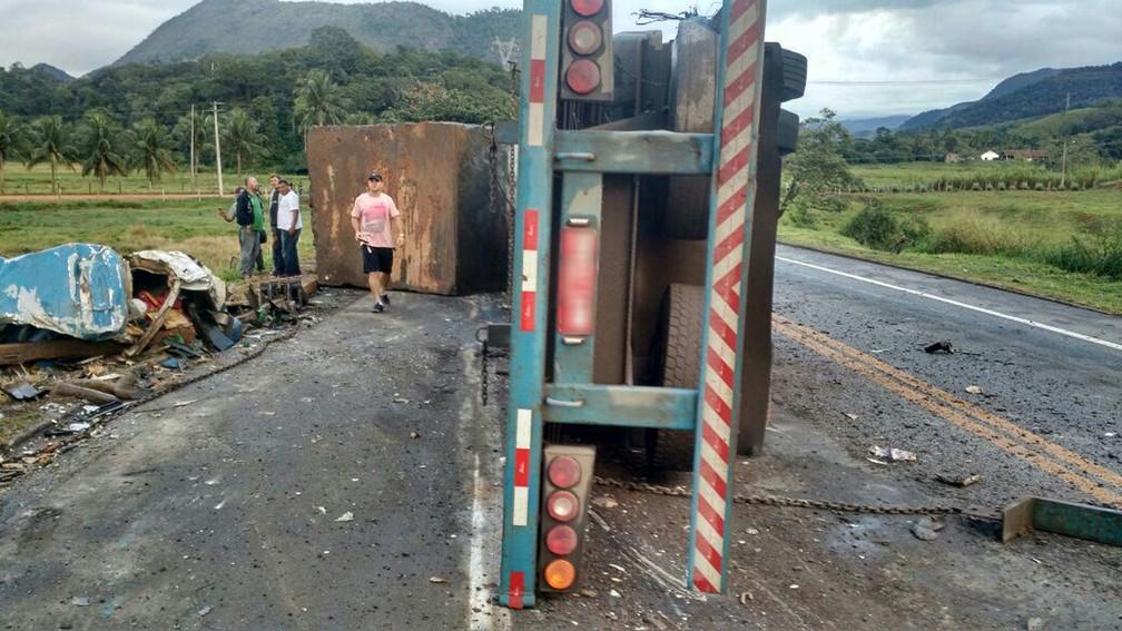 Acidente entre duas ambulâncias, ônibus e carreta em Guarapari (Foto: APP TV Gazeta)
