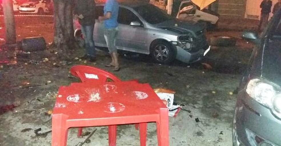 Carros estacionados na rua também foram atingidos  (Foto: Marília Urgente / Divulgação )