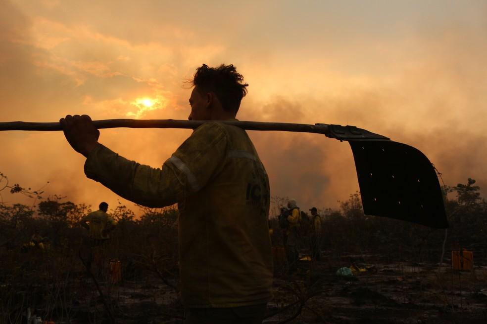 Brigadista voluntário do DF que participa de combate a incêndio na Chapada dos Veadeiros (GO) (Foto: Hélio Marinho/TV Globo)