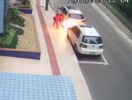 Vídeo: mulher coloca fogo no carro do ex em Balneário Camboriú (Reprodução)