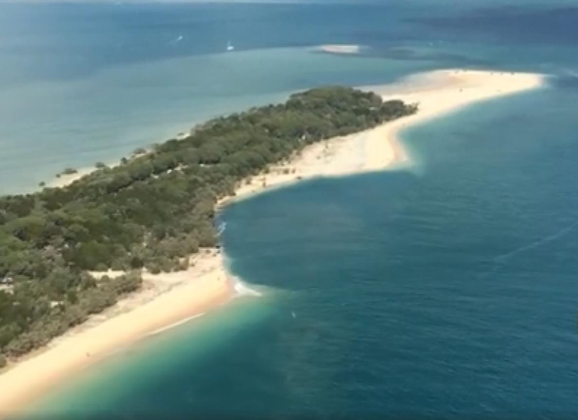Buraco em praia da Austrália pode ter sido causado por fluxo de maré (Foto: Reprodução/Rainbow Beach Helicopters)