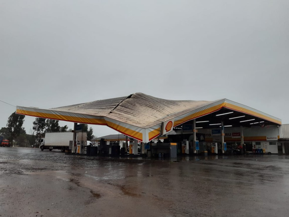 Telhado de posto de combustíveis em Pato Branco ficou danificado após tempestade — Foto: Altair Merlo/ Pato Alerta
