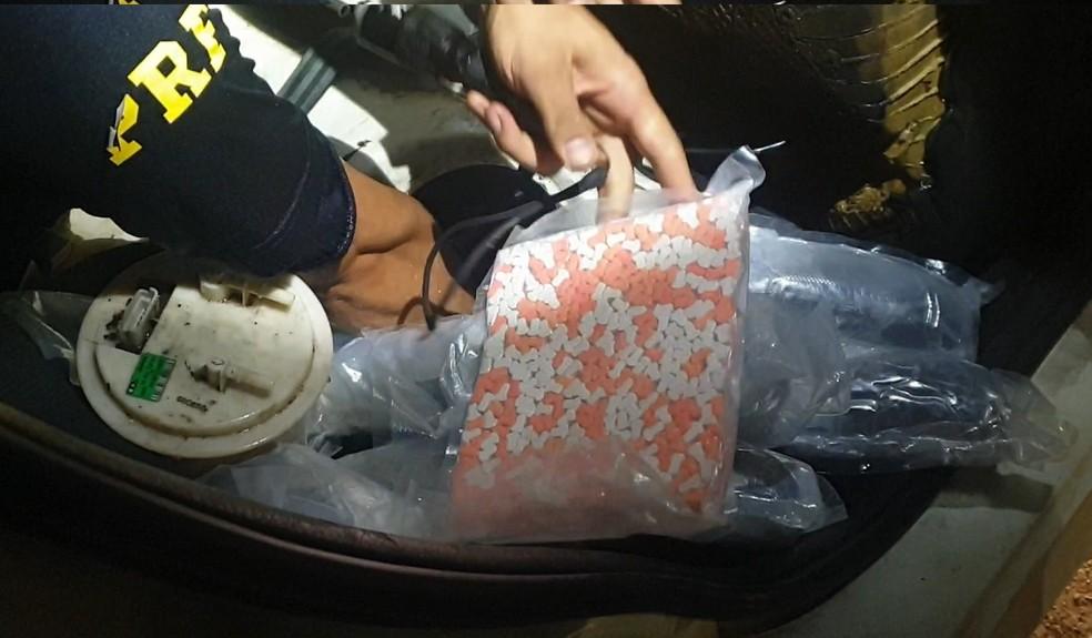 Comprimidos estavam escondidos no carpete do carro, em Santa Terezinha de Itaipu — Foto: PRF/Divulgação