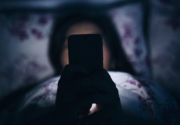 Celular antes de dormir ; queda na produtividade ; luz azul ; celular na cama ; smartphone ; insônia ;  (Foto: Thinkstock)