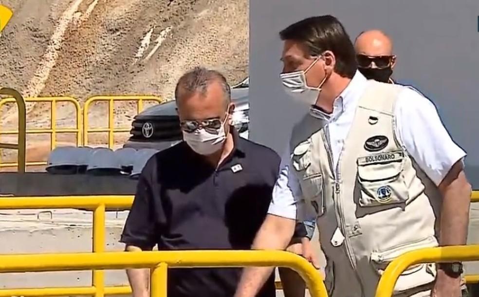 Bolsonaro aciona comporta em inauguração de trecho da transposição das água do Rio São Francisco — Foto: NBR/Reprodução
