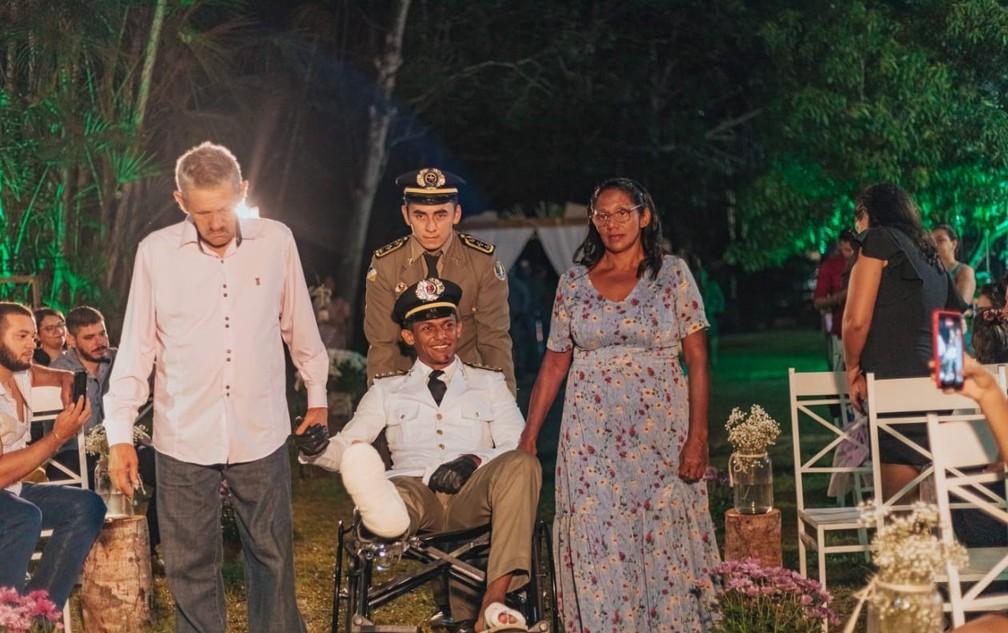 Noivo subiu ao altar após passar por cirurgia — Foto: Egitos Fotografia/Divulgação