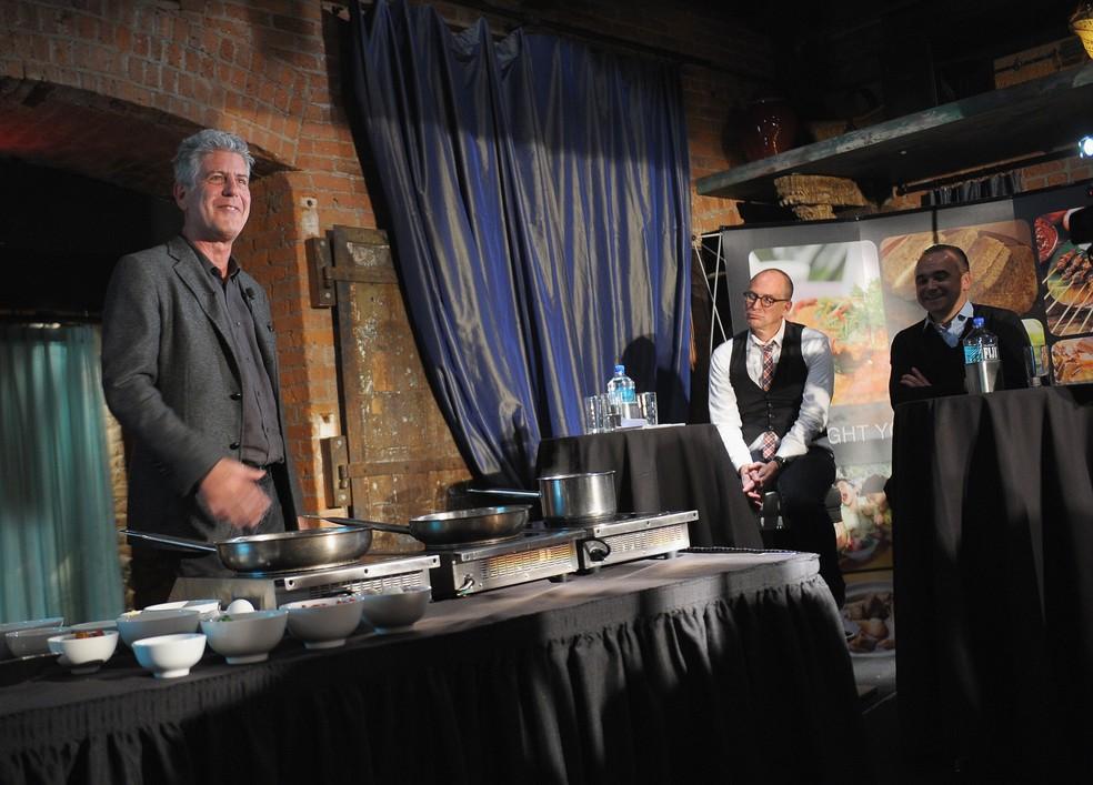 O chef Anthony Bourdain fala com participantes durante o evento inaugural do congresso World Street Food 2013 no Spice Market, em Nova York, EUA (Foto: Michael Loccisiano/Getty Images/AFP/Arquivo)