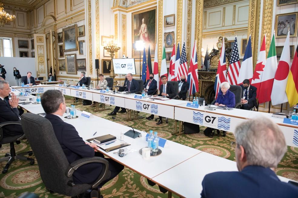 O chanceler do Tesouro da Grã-Bretanha, Rishi Sunak, fala em uma reunião de ministros de finanças de todas as nações do G7 antes da cúpula dos líderes do G7, em Londres — Foto: Stefan Rousseau/PA Wire/Pool via REUTERS