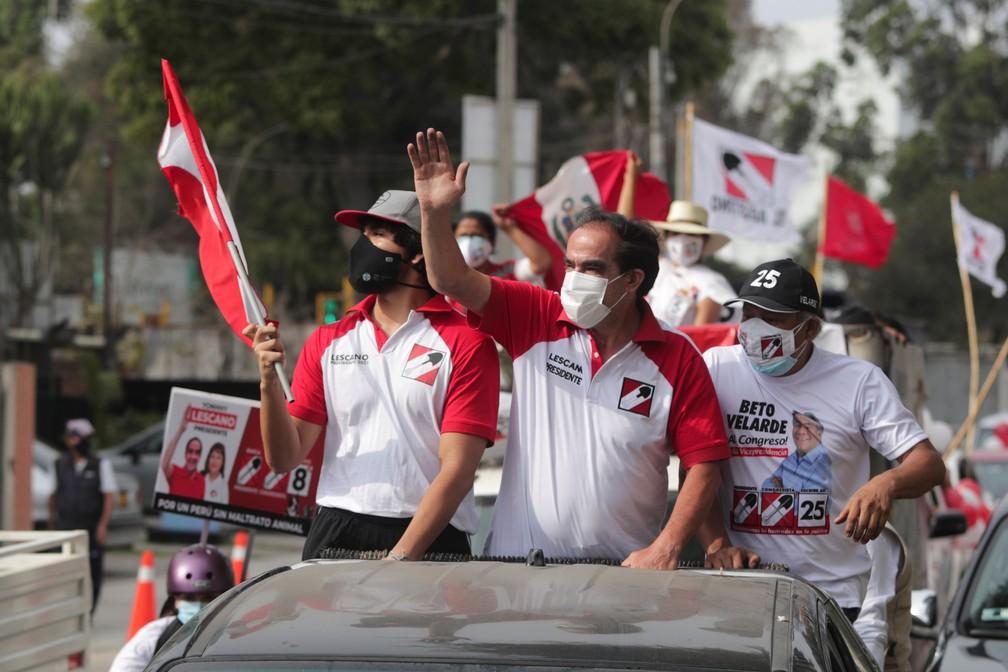 Yohny Lescano, candidato a presidente do Peru, participa de carreata na quinta-feira (8). Ex-deputado aparece em primeiro lugar nas pesquisas, mas é seguido de perto por outros seis presidenciáveis. Não há favorito — Foto: Sebastian Castaneda/Reuters