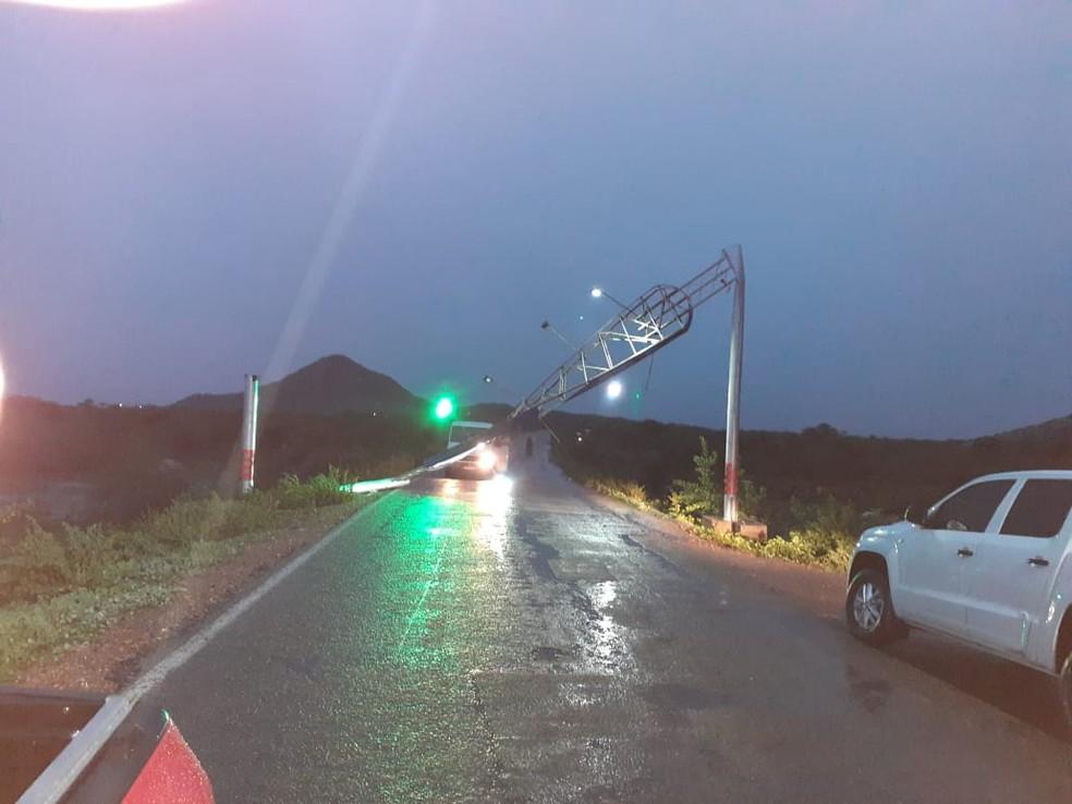 Placa que sinaliza entrada de Terra Nova desabou com ventania  — Foto: Reprodução/ Redes Sociais