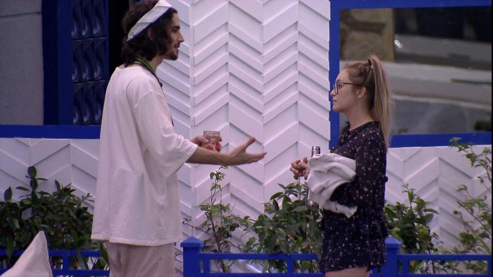 Fiuk e Carla Diaz conversam sobre sister, e ator a aconselha: 'Tenta ser mais natural' — Foto: Globo