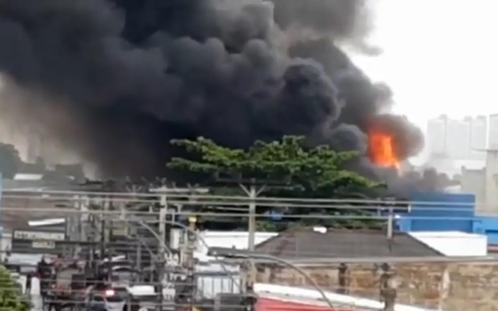 Incêndio em galeria de lojas próxima ao Camelódromo 1, de Campinas — Foto: Reprodução/TV Anhanguera