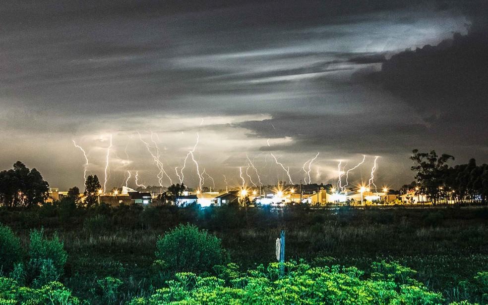 Fotógrafo registra tempestade de raios em Jaguaruna, em Santa Catarina, em 2013 — Foto: Willian Schneider/APP/Folhapress