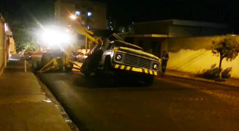 Roda de caminhão é 'engolida' por buraco e parte de avenida é interditada em Jaboticabal, SP - Radio Evangelho Gospel