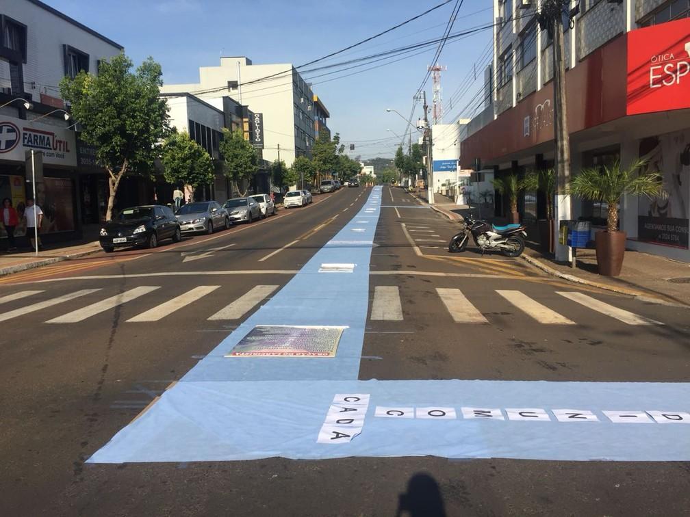 Em Francisco Beltrão (PR), o tapete é feito de TNT há alguns anos por ser reciclável. Para não desperdiçar grãos que eram usados anteriormente e a serragem acabava sujando as ruas (Foto: Michelli Arenza/RPC)