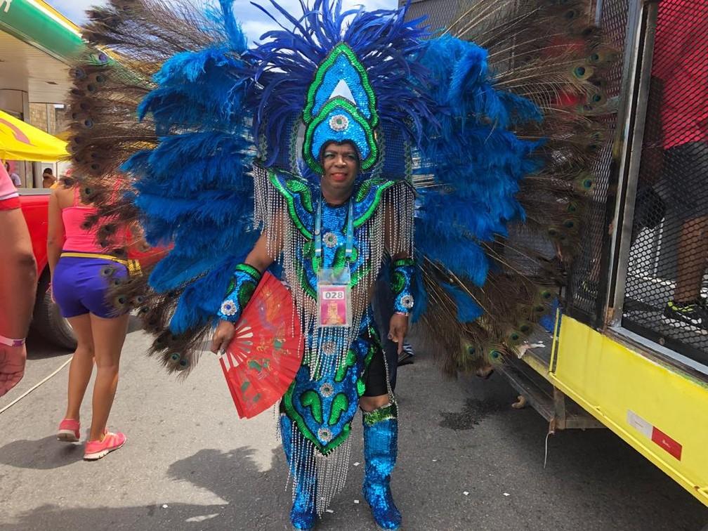 Cláudio Lira gastou mais de R$ 4 mil na fantasia intitulada 'Mulata de Belo Xis', para desfilar nas Virgens, neste domingo (24), em Olinda — Foto: Pedro Alves/G1