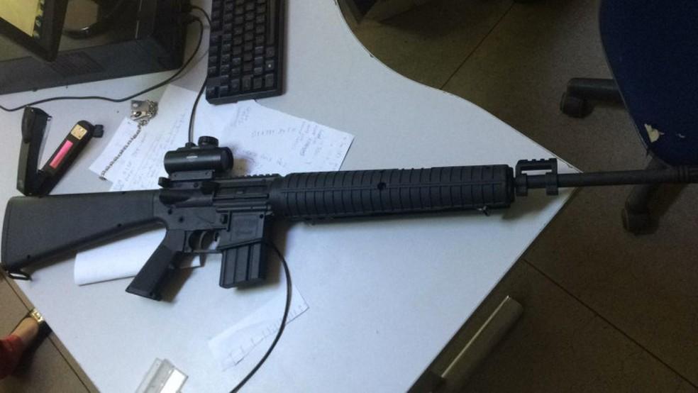Fuzil de brinquedo de médico foi apreendido após ameaças — Foto: Divulgalção