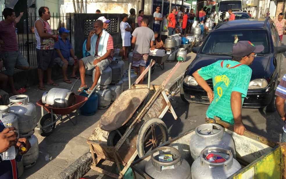 Filas de botijões de gás de cozinha são constantes em frente a revendedoras no Grande Recife (Foto: Elvys Lopes/TV Globo)