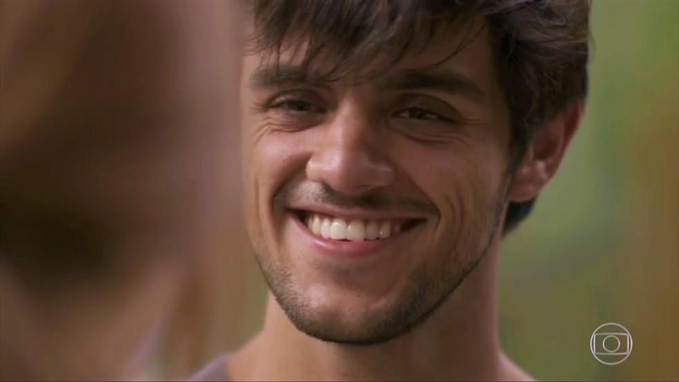 Jonatas (Felipe Simas) confessa não esquecer da ruivinha — Foto: TV Globo
