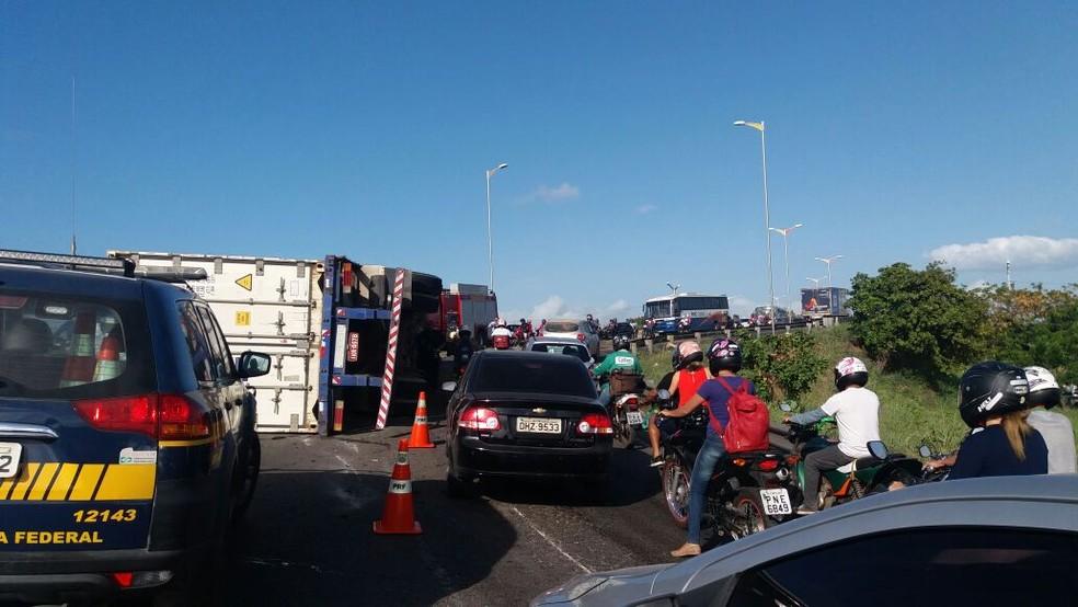 Trânsito ficou bloqueado no viaduto da Aerolândia durante a manhã (Foto: PRF/Divulgação)