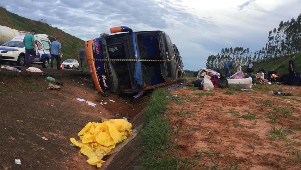 Ônibus ficou caído na canaleta ao lado da pista e passageiros foram atendidos no acostamento — Foto: Alisson Negrini/TV TEM