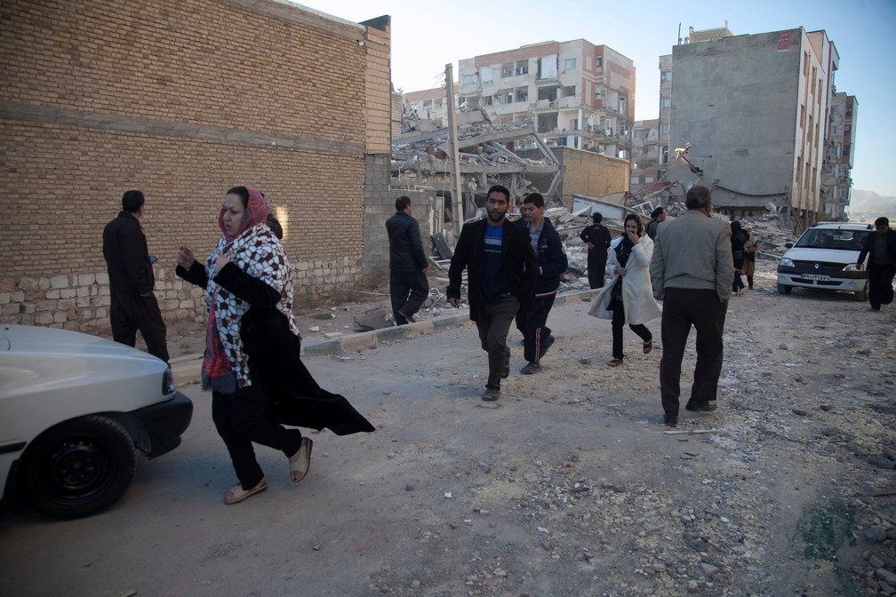 Habitantes de Sarpol-e Zahab, no Irã, buscam abrigo após terremoto (Foto: Agência de notícias Tasnim/Reuters)
