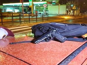 Mochila, boné e arma de brinquedo foram encontrados em carro (Foto: Zete Padilha/RBS TV)