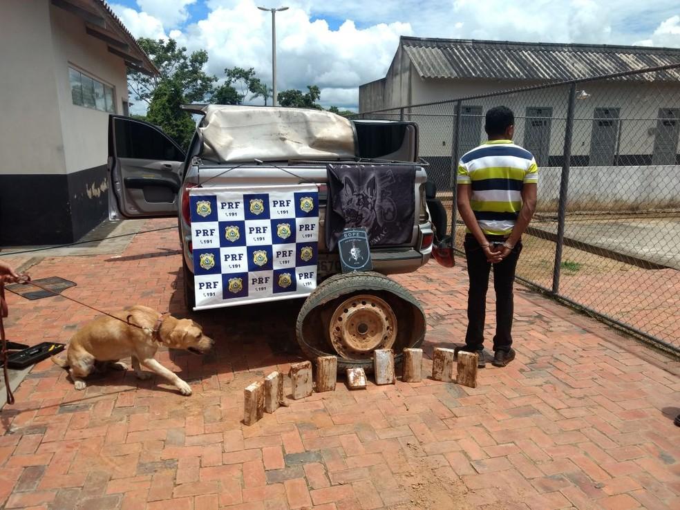 Polícia encontrou quase nove quilos de cocaína escondidos em roda de caminhonete em estrada do Acre (Foto: Divulgação/PRF-AC)