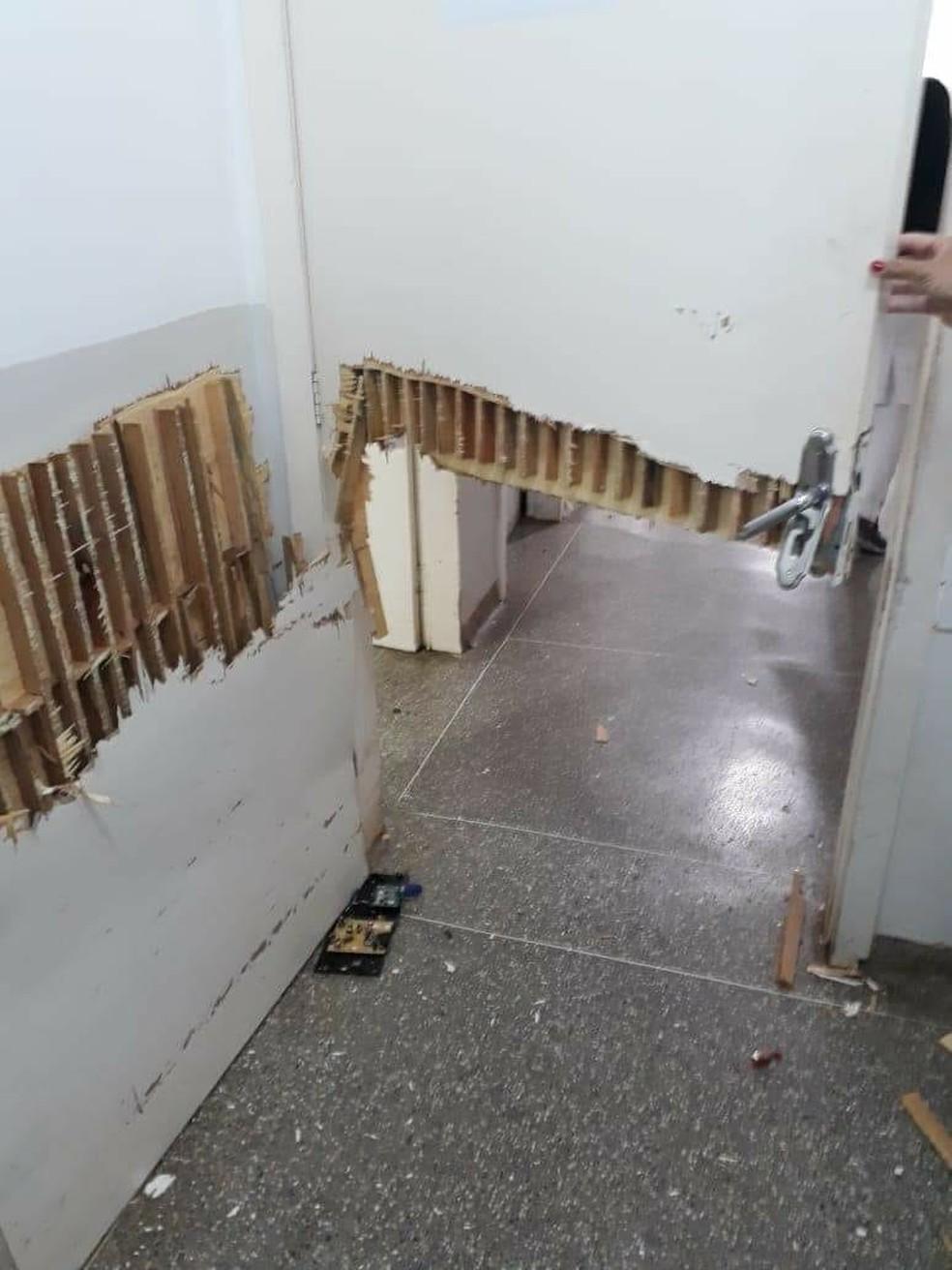 Homem quebrou porta da UPA em Rondonópolis (Foto: Divulgação)