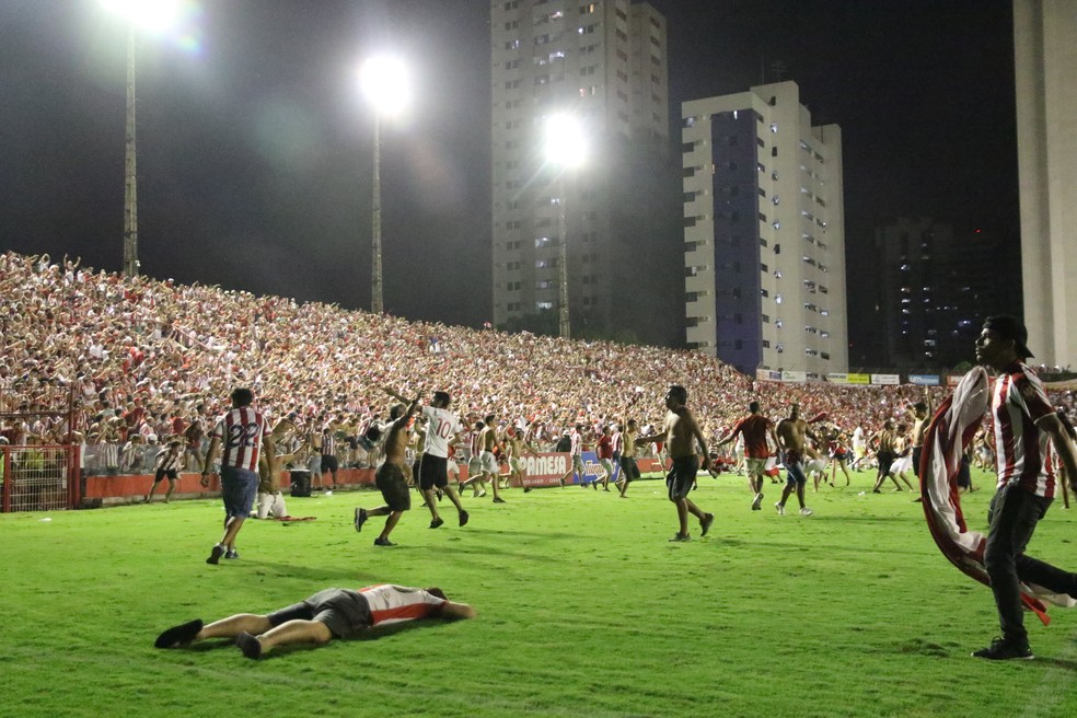 Aflitos lotou em jogo do acesso — Foto: Marlon Costa / Pernambuco Press