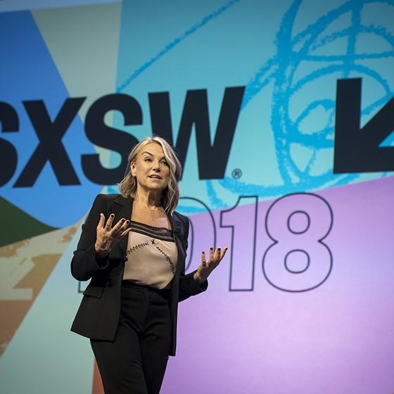 Esther Perel durante palestra no festival South by Southwest 2018, realizado em Austin, Texas. Aguru dos relacionamentos afirma que a infidelidade é mais comum do que se imagina e pode ser útil na reconstrução de matrimônios (Foto: DAVID PAUL MORRIS/GETTY IMAGES)