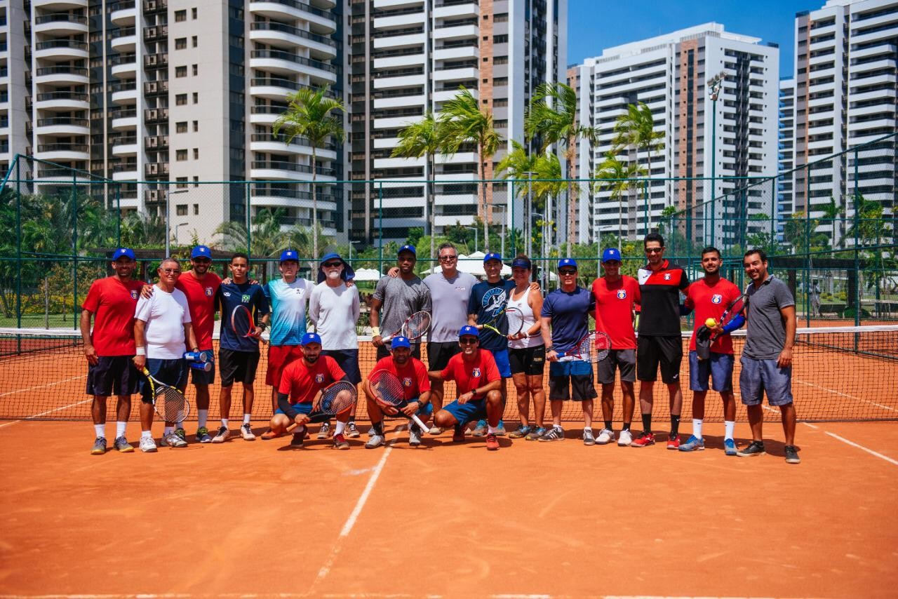 5388a0e1e3 Os participantes e instrutores da Tennis Route na clínica no Ilha Pura