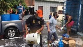 Vizinhos em Manaus lavam ruas contra vírus (Amanda Bulcão/Rede Amazônica)
