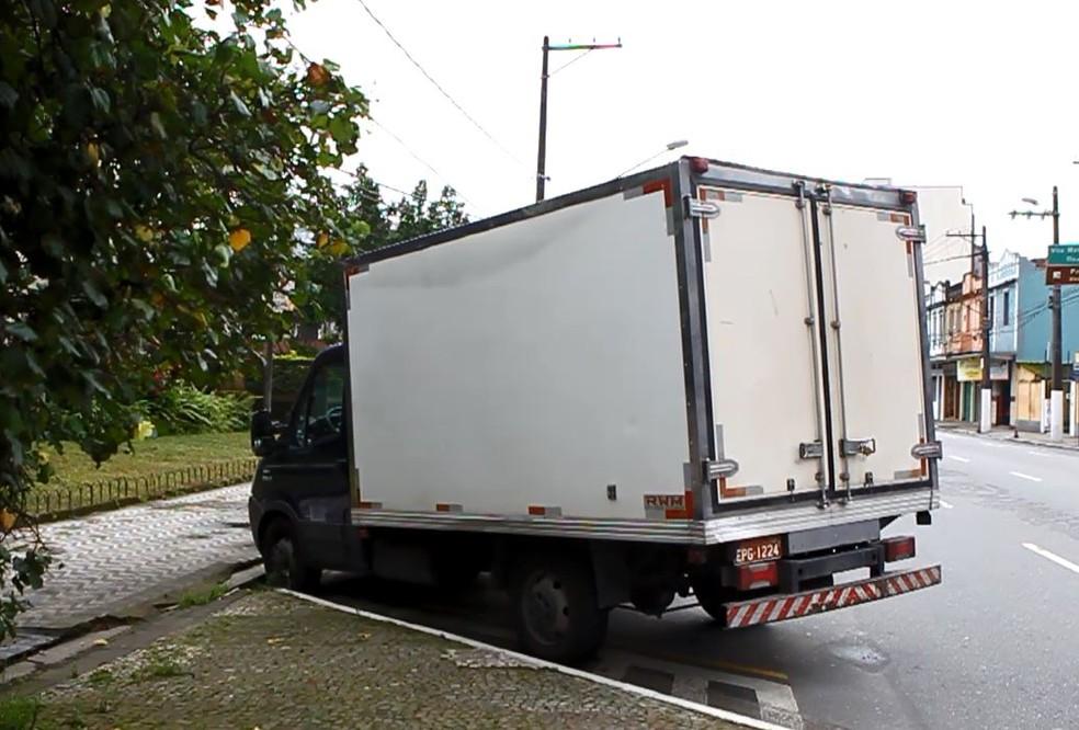 Caminhão não teve tempo de frear e atropelou homem que foi jogado na pista em avenida de Santos (SP) — Foto: Reprodução/Carlos Nogueira/A Tribuna Jornal de Santos