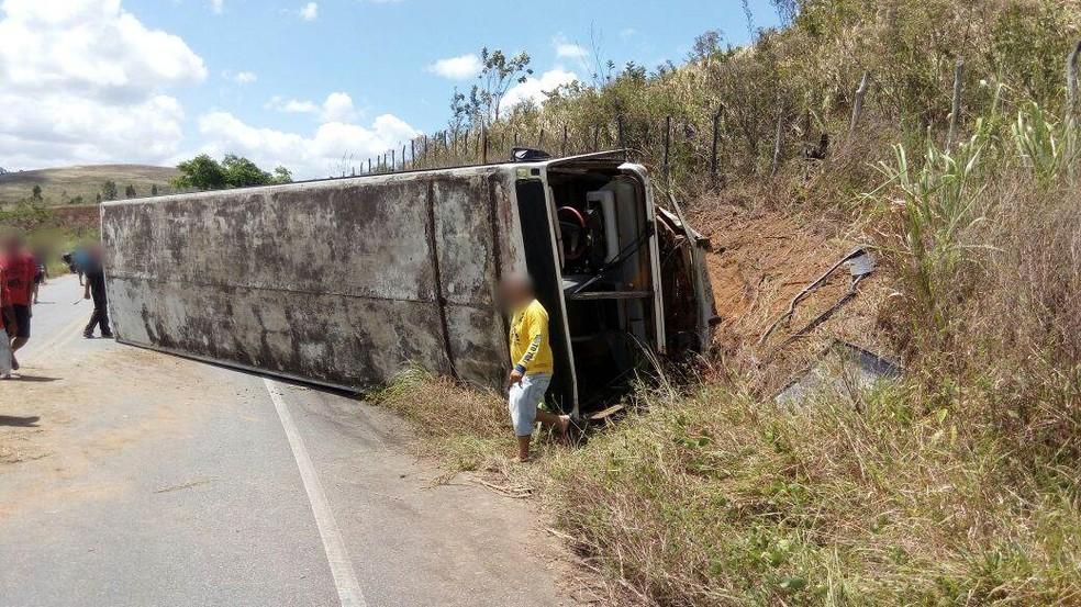 Automóvel colidiu frontalmente contra este ônibus na PE-123 â?? Foto: Polícia Militar/Divulgação