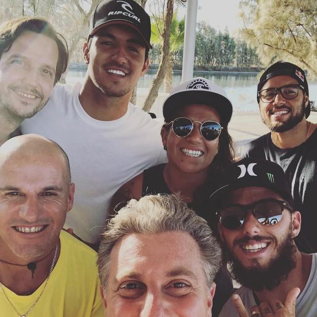 Luciano Huck grava com Gabriel Medina e Vladimir Brichta, entre outros, para o Caldeirão (Foto: Reprodução/Instagram)