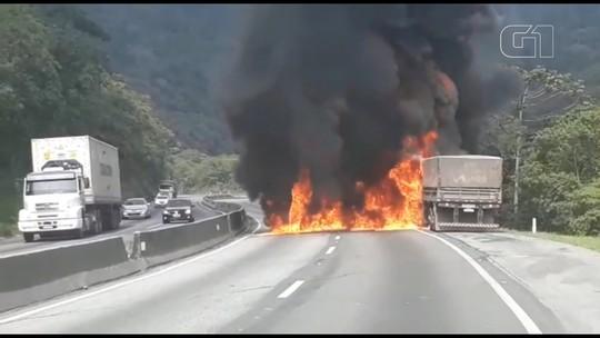 Caminhão carregado com adubo pega fogo na BR-277, em Morretes