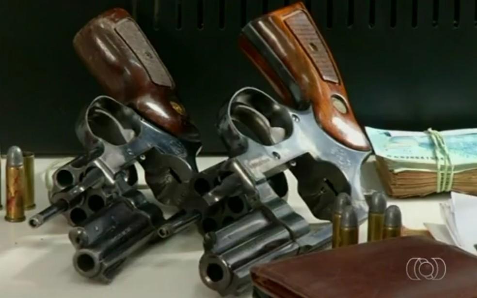 Arma e dinheiro foram apreendidos com os criminosos, em Luziânia (Foto: TV Anhanguera/Reprodução)