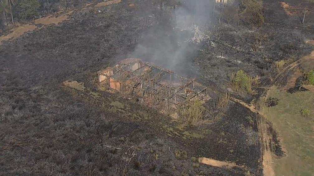 Incêndio destrói casas e galpão em Sete Lagoas — Foto: Reprodução TV Globo