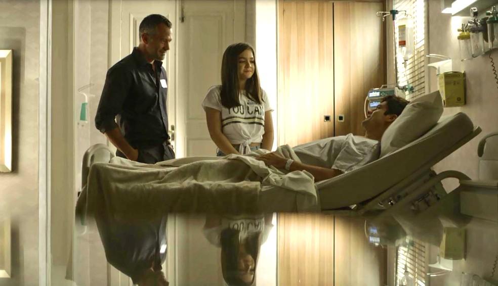 Cássia (Mel Maia) acompanha Agno (Malvino Salvador) ao hospital para visitar Leandro (Guilherme Leicam), em 'A Dona do Pedaço' — Foto: Globo
