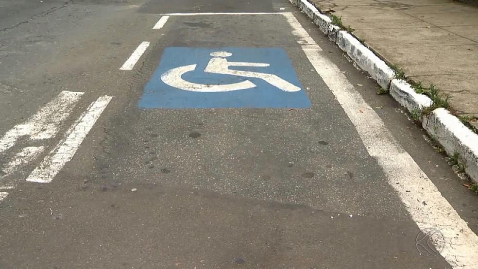 Vaga exclusiva para deficiente (Foto: Reprodução/TV Integração)