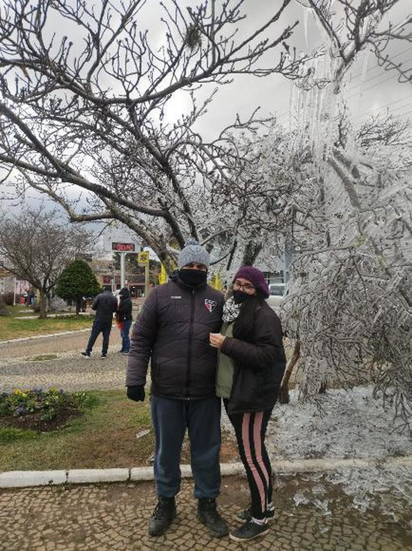 Casal de São Paulo veio para Santa Catarina atrás do frio — Foto: Fernanda Oliveira/Arquivo Pessoal
