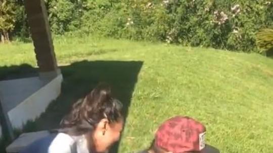 Bruno Gissoni e filha Madalena brincam de escorregar com papelão
