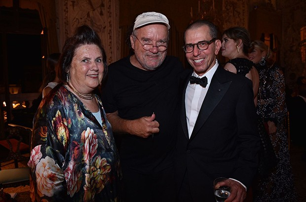 "Suzy Menkes with Peter Lindbergh and Jonathan Newhouse at the ""Chaos and Creation"" afterparty hosted by Valentino Garavani at the Venice Film Festival 2016 (Foto: Divulgação)"