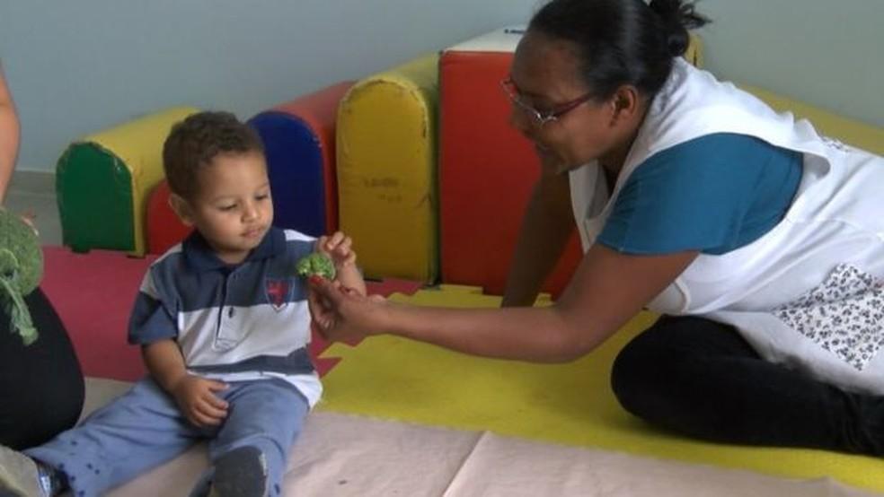 Oficina de texturas e sabores do Cren Image caption Crianças pequenas precisam provar alimentos diversas vezes para se familiarizarem com eles (Foto: BBC)