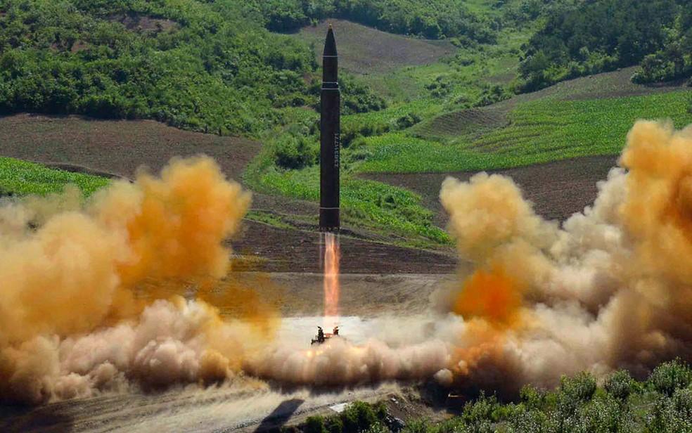 Foto distribuída pelo governo norte-coreano mostra o lançamento de um míssil balístico intercontinental Hwasong 13 em 4 de julho (Foto: Korean Central News Agency/Korea News Service via AP)