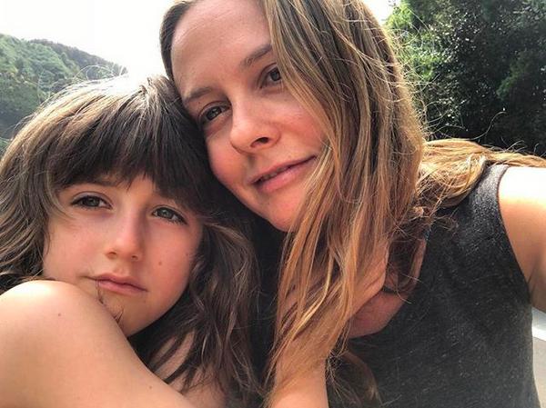 A atriz Alicia Silverstone com o filho de sete anos (Foto: Instagram)