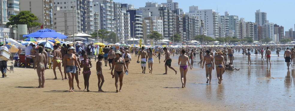 Praia do Morro fica lotada de turistas no Esprito Santo Foto Viviane Machado G1